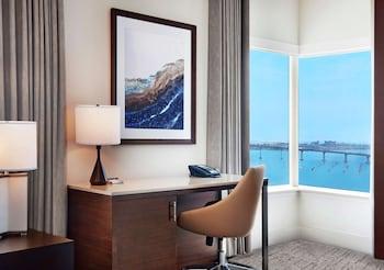 Room, 1 King Bed, Corner (Port/Coronado View)