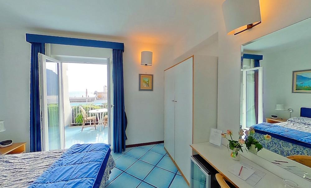 호텔 르 피오리에르(Hotel Le Fioriere) Hotel Image 5 - Guestroom