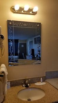 Days Inn by Wyndham Lafayette Near Lafayette Airport - Bathroom  - #0