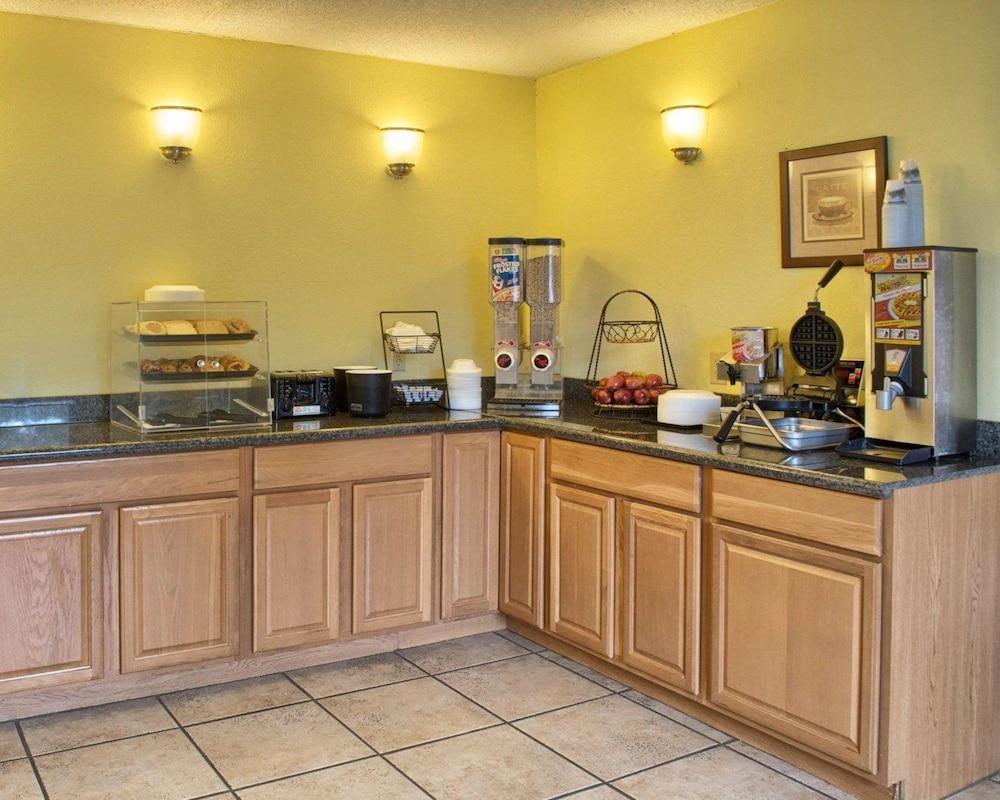 로드웨이 인(Rodeway Inn) Hotel Image 21 - Breakfast Area