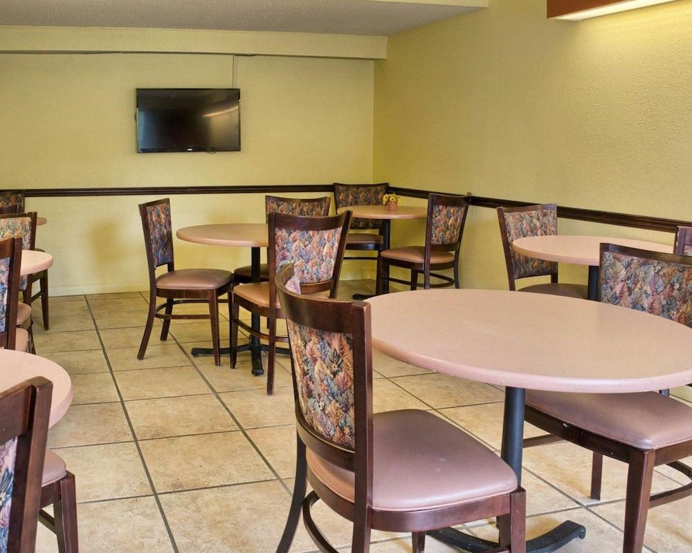로드웨이 인(Rodeway Inn) Hotel Image 22 - Breakfast Area
