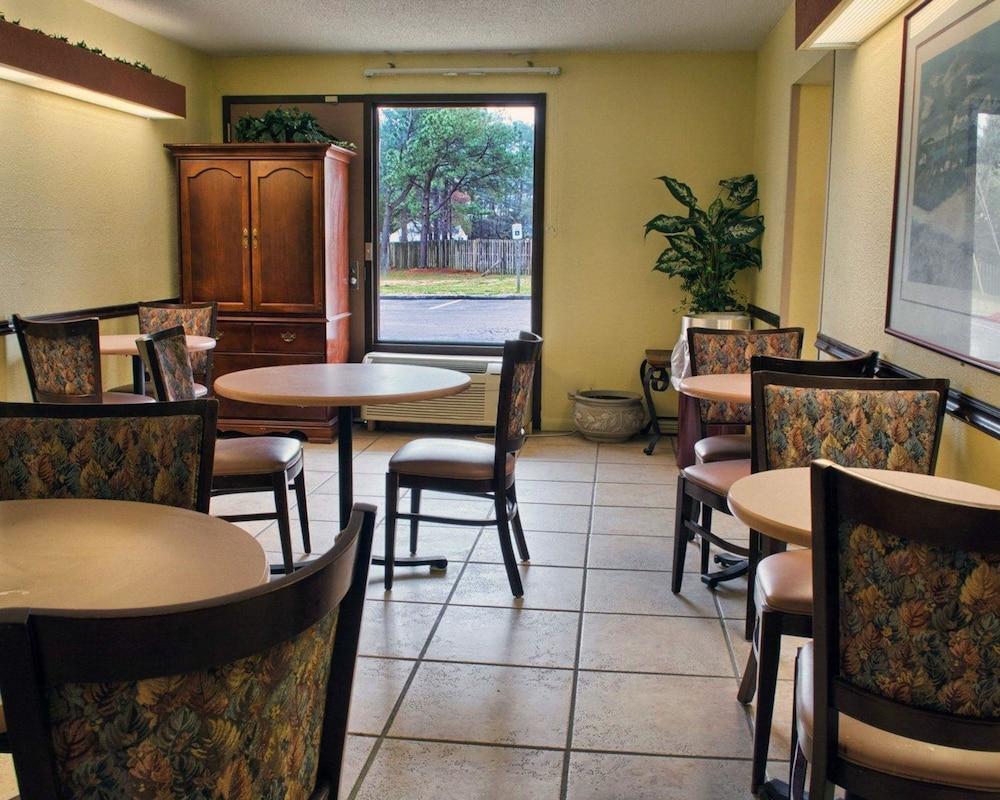 로드웨이 인(Rodeway Inn) Hotel Image 25 - Breakfast Area