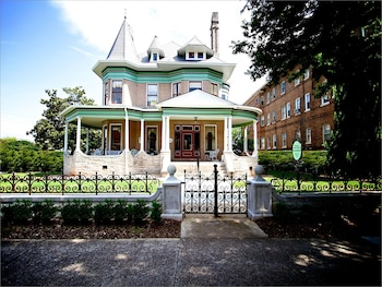 Cobb Lane Bed and Breakfast & Hassinger Daniels Mansion Bed and Breakfast