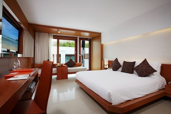 Deluxe Room, Pool View (Free Daily Minibar)