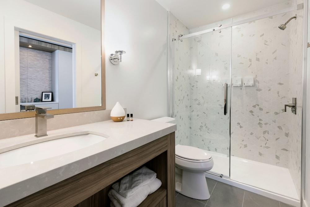 https://i.travelapi.com/hotels/2000000/1960000/1956400/1956400/ce8d650f_z.jpg
