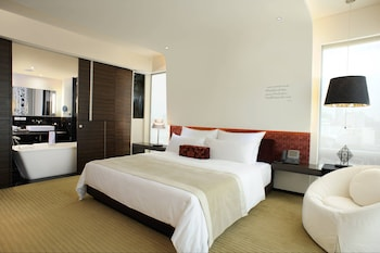 Vista Premier, Guest room, 1 King, City view, Corner room