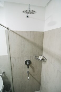 TRAVELITE EXPRESS HOTEL Bathroom Shower