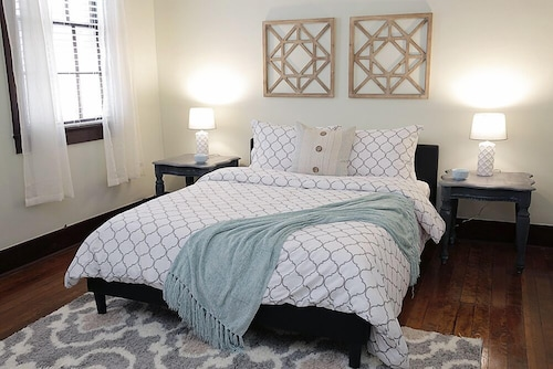 . LARGE 2BR in Warehouse District HEART OF NOLA