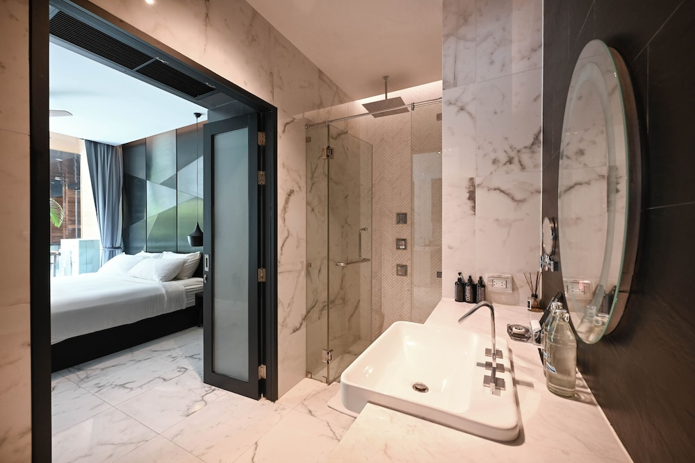 https://i.travelapi.com/hotels/20000000/19090000/19085600/19085524/6171437c_z.jpg