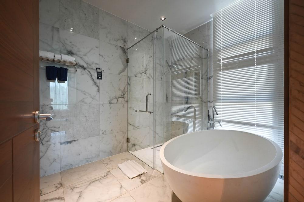 https://i.travelapi.com/hotels/20000000/19090000/19085600/19085524/6b8ae741_z.jpg