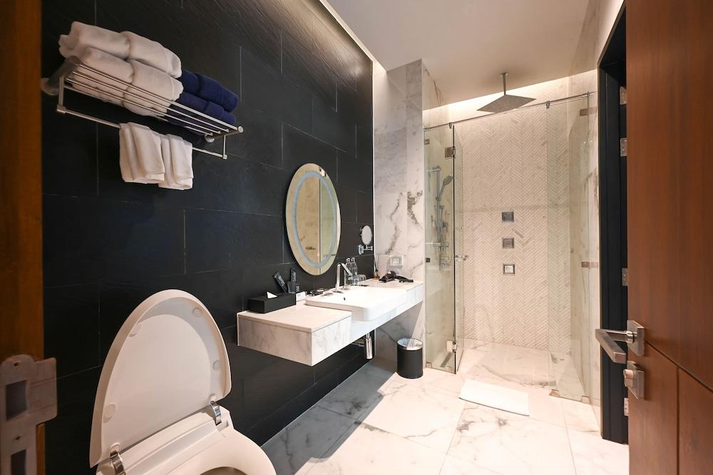 https://i.travelapi.com/hotels/20000000/19090000/19085600/19085524/ba0bdd0f_z.jpg
