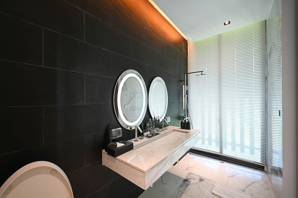 https://i.travelapi.com/hotels/20000000/19090000/19085600/19085524/fc5cb02a_z.jpg