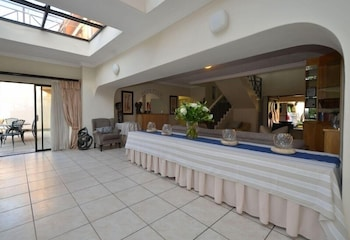 https://i.travelapi.com/hotels/20000000/19110000/19103200/19103162/2e32bd12_b.jpg