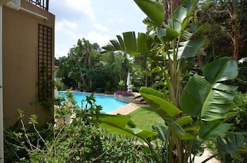 https://i.travelapi.com/hotels/20000000/19110000/19103200/19103162/761bd755_b.jpg