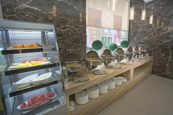 VALERO GRAND SUITES BY SWISS-BELHOTEL MAKATI Breakfast Area