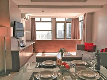 VALERO GRAND SUITES BY SWISS-BELHOTEL MAKATI Living Area