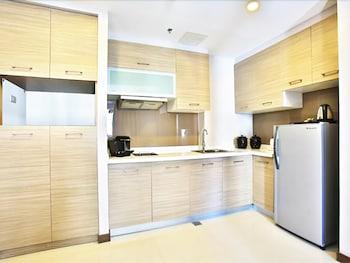 VALERO GRAND SUITES BY SWISS-BELHOTEL MAKATI In-Room Kitchen