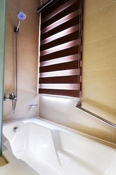 VALERO GRAND SUITES BY SWISS-BELHOTEL MAKATI Bathroom