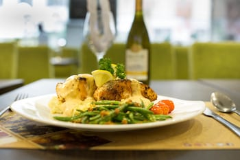VALERO GRAND SUITES BY SWISS-BELHOTEL MAKATI Food and Drink