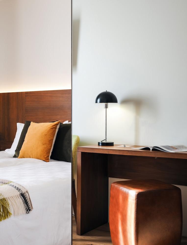 https://i.travelapi.com/hotels/20000000/19250000/19242500/19242480/c3556a9e_z.jpg