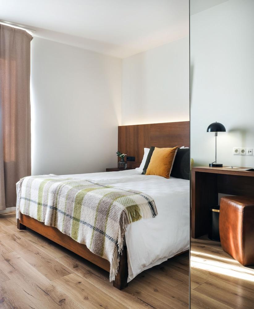 https://i.travelapi.com/hotels/20000000/19250000/19242500/19242480/ef38d7f3_z.jpg