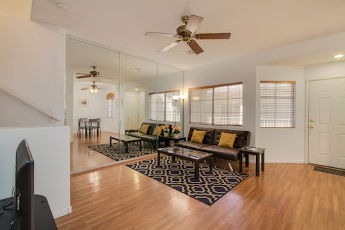 . Beautiful Townhome with Pool