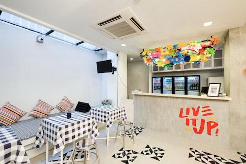 LiveItUp Chitlom Hostel, Pathum Wan