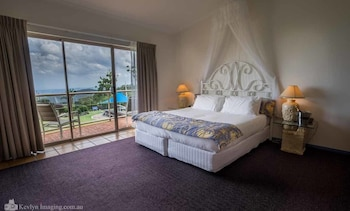 Guestroom at Eagle Heights Mountain Hotel in Wongawallan