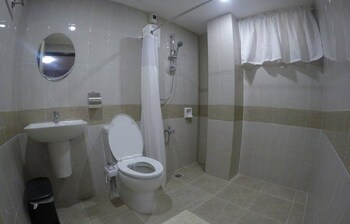 THE ALPA HOTEL AND RESTAURANT Bathroom