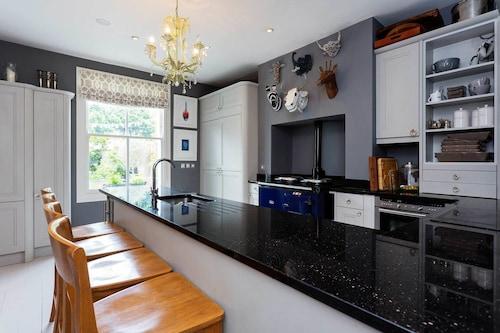 Veeve - Magnificent Mews, London