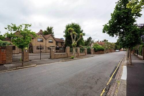Veeve - Wimbledon Parkside, London