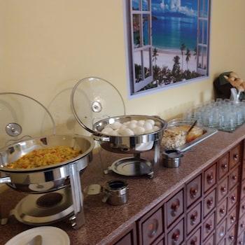 DESPACITO ROOMS NEAR AIRPORT Breakfast buffet