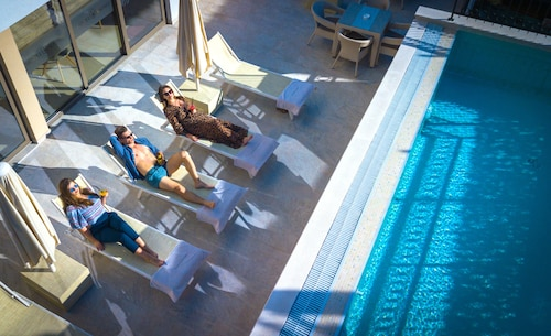 __{offers.Best_flights}__ Hotel Kadmo