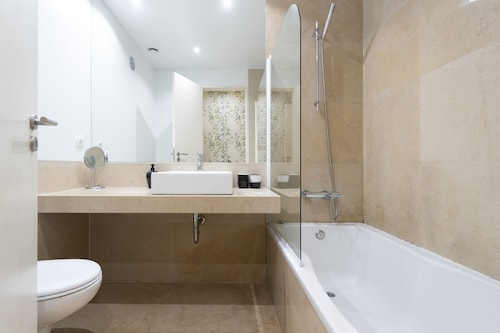 Chiado Modern Three-Bedroom Apartment - by LU Holidays, Lisboa