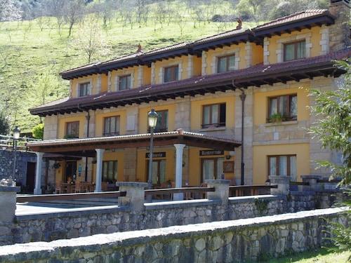 . Logis Hotel Restaurante La Casa de Juansabeli