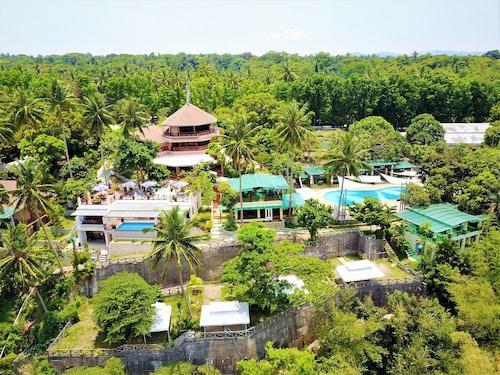Noni's Resort, Alitagtag