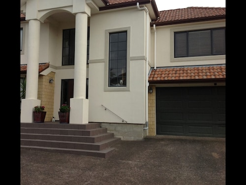 Howick Luxury Large Home, Manukau