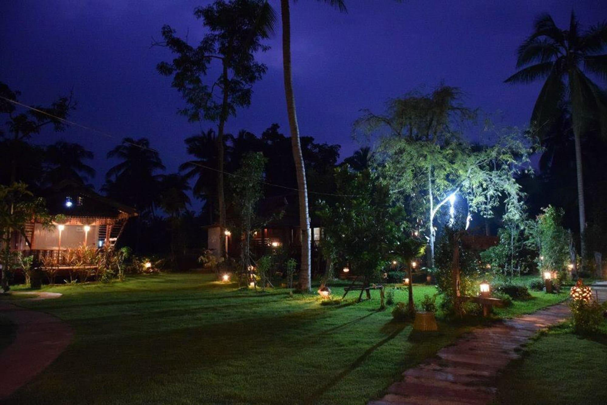 Reuanmai Onanong, Amphawa