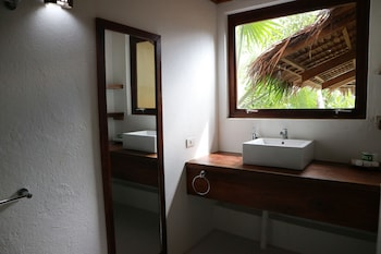 EL NIDO OVERLOOKING RESORT Bathroom Sink