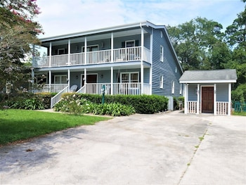 Gray House at Pawleys - 3 Br Home
