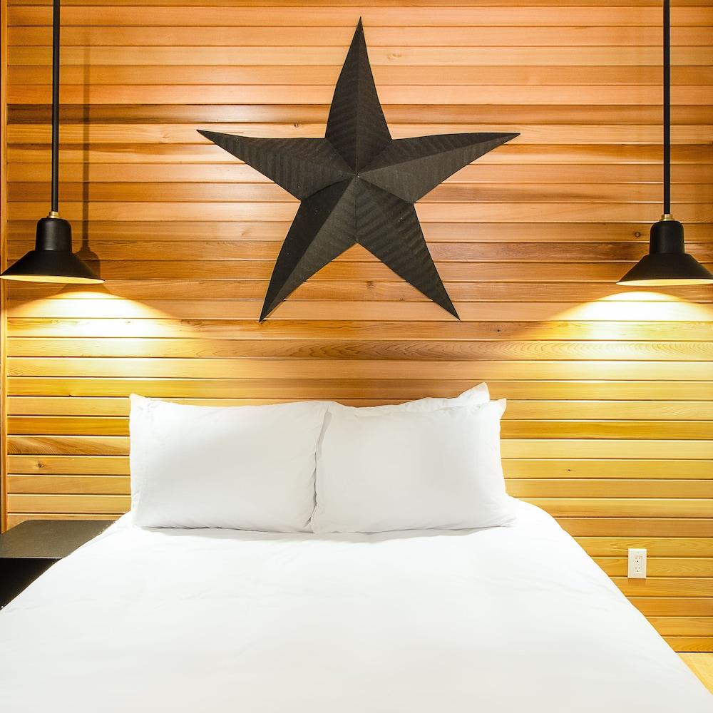 https://i.travelapi.com/hotels/20000000/19740000/19732300/19732297/43dfb571_z.jpg