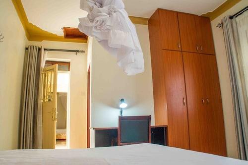 7 Eleven Hotel, Ngora