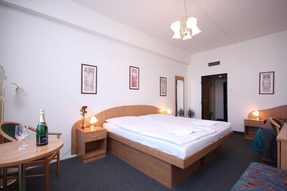 Hotel Legie, Featured Image