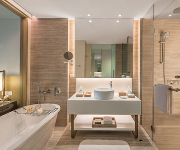 CRIMSON RESORT & SPA BORACAY Bathroom