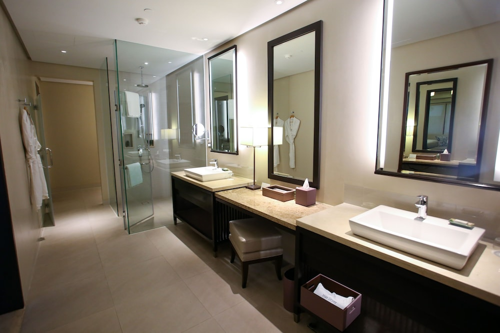 https://i.travelapi.com/hotels/20000000/19890000/19887500/19887489/f316e5e7_z.jpg