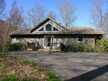 Wolf Lodge - 4 Br home by RedAwning