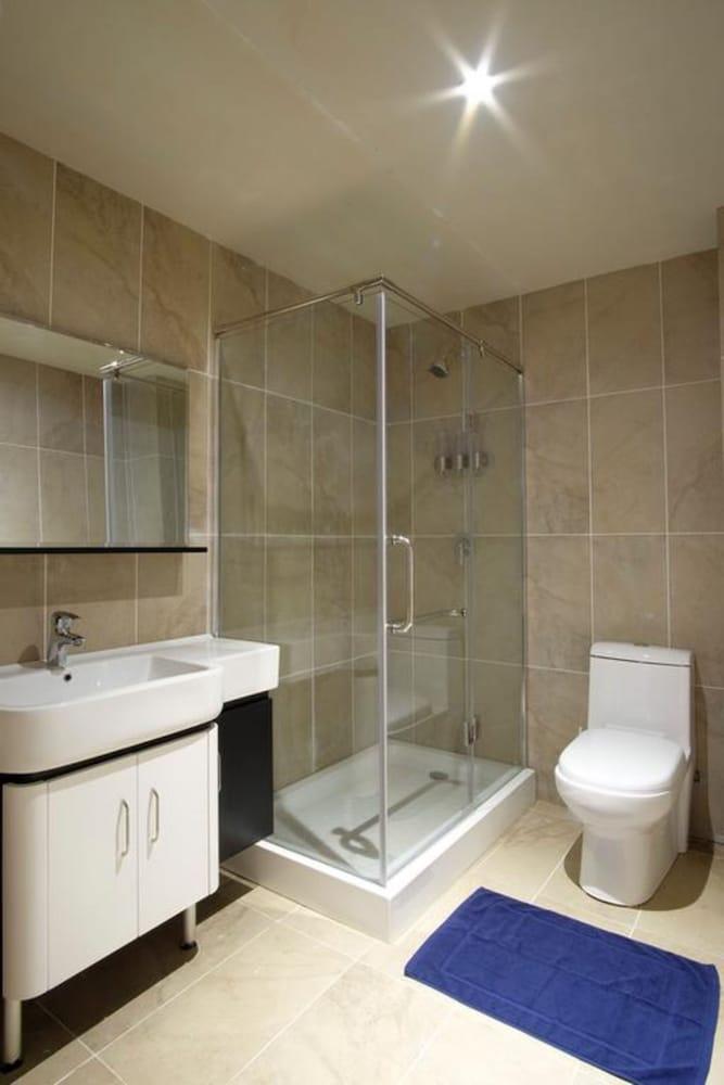 https://i.travelapi.com/hotels/20000000/19990000/19984100/19984096/4e53ae4a_z.jpg