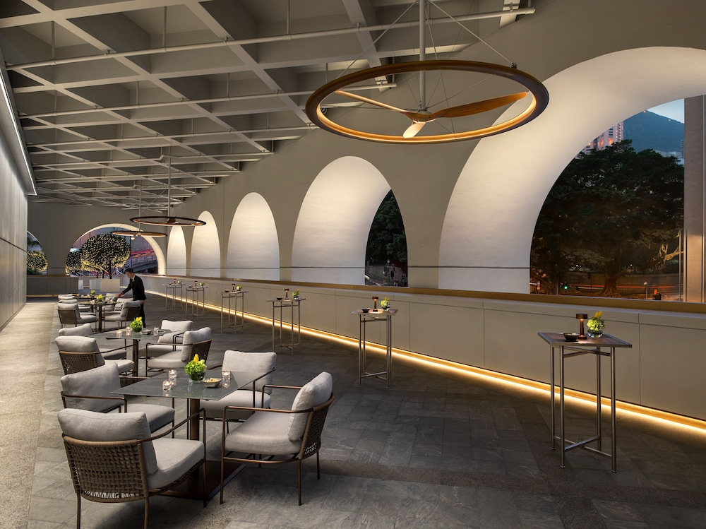 https://i.travelapi.com/hotels/21000000/20010000/20010000/20009998/ad6984a3_z.jpg