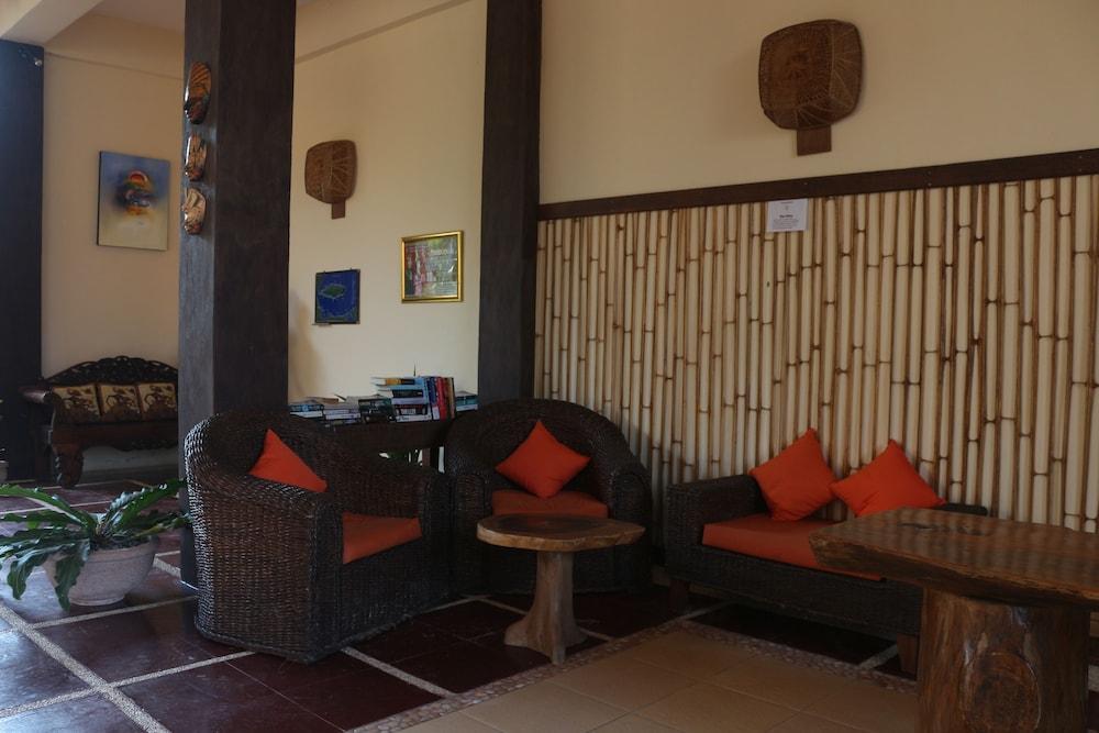 https://i.travelapi.com/hotels/21000000/20020000/20018100/20018016/8385145e_z.jpg