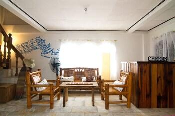 GO SURFARI HOUSE Lobby Sitting Area